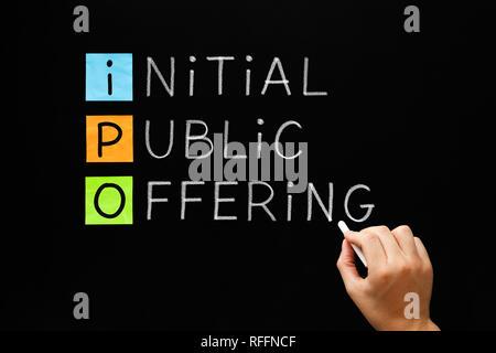 Hand IPO - Initial Public Offering Akronym mit weißer Kreide auf Tafel. Stockbild