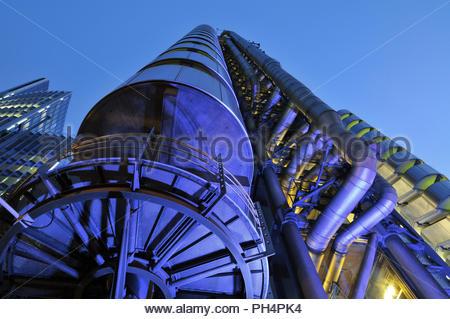 Lloyds Building - moderne architektonische Sehenswürdigkeit in der Dämmerung Low Angle View beleuchtet. Von Richard Rogers in London England UK entwickelt. Stockbild