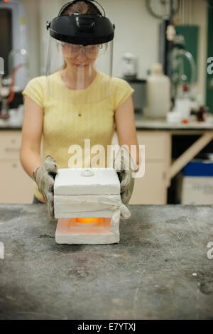 Formatrice am Arbeitsplatz in der Giesserei Stockbild