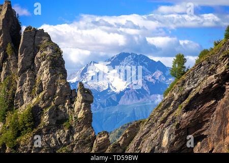 Monte Disgrazia zwischen zwei felsigen Gipfeln, Valgerola, Bergamasker Alpen, Valtellina, Lombardei, Italien, Europa Stockbild