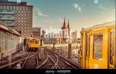 Klassische Ansicht des historischen Berliner U-Bahn mit berühmten Oberbaumbrücke bei Sonnenuntergang, Stockbild