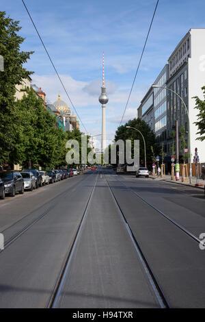 Berlin. Deutschland. Oranienburger Straße, Blick auf den Fernsehturm (Fernsehturm). Stockbild