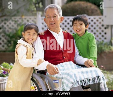 Grossvater mit ihren Enkelkindern Stockbild