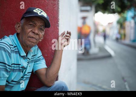 Ein Mann beobachten, Getsemani, Cartagena, Kolumbien, Südamerika Stockbild