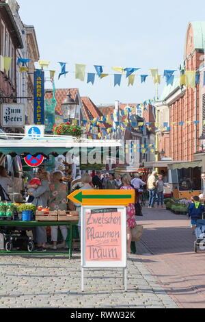 Wochenmarkt in der Fußgängerzone Lange Straße mit Fähnchen geschmückt, Altstadt, Buxtehude, Altes Land, Niedersachsen, Deutschland, Europa Stockbild