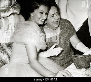 Sophia Loren und Klatschfeuilletonist, Elsa Maxwell, der Internationalen Filmfestspiele Berlin (1959) Datei Referenz # 33751_374 THA Stockbild