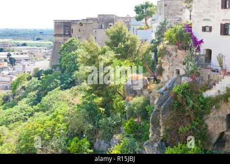 Massafra, Apulien, Italien - im mittleren Alter Treppen hinunter den Hügel von Massafra Stockbild