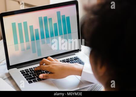 Afrikanische amerikanische Frau auf Laptop tippen Stockbild