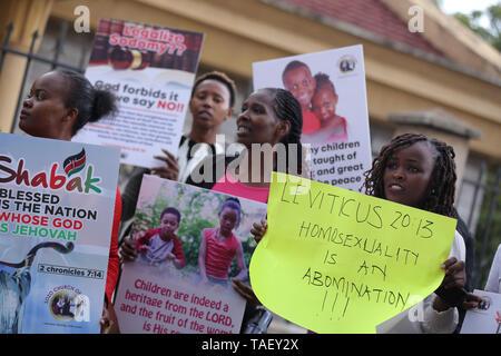 Mitglieder der christlichen Gemeinschaft gesehen, Plakate in der Feier nach in Kenia ist das Hohe Gericht der Britischen-Ära Strafgesetzbuch kriminalisiert gay sex unterstützen. LGBT Gemeinschaft wollte der Hof einvernehmliche Sex zu entkriminalisieren aber die Richter Chacha Mwita, Roselyne Aburili und Johannes Mativo einstimmig abgelehnt. Stockbild