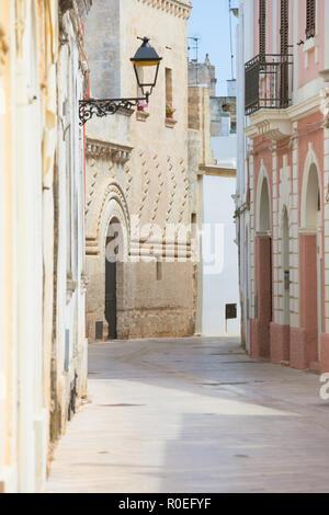 Presicce, Apulien, Italien - Mediterrane Fassaden in der Altstadt von Presicce Stockbild