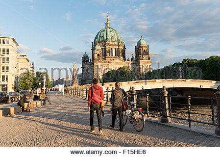 Jungen C Koppel entlang den Ufern der Spree in Richtung Berliner Dom, Mitte, Berlin, Deutschland Stockbild