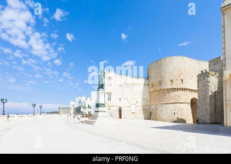 Otranto, Apulien, Italien - Promenade von Otranto vor der historischen Stadt Tor Stockbild