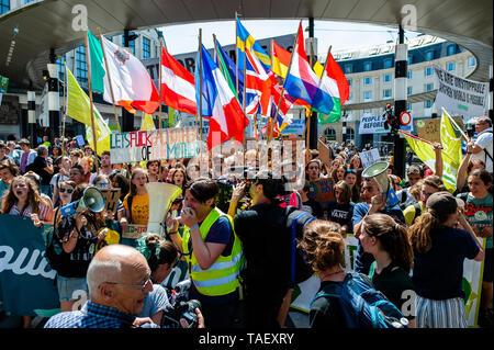Demonstranten mit Fahnen durch Hauptbahnhof Während des Protestes gesehen. Zehntausende Kinder in mehr als 60 Ländern gestreikt Klimawandel Aktion zu verlangen. # FridaysForFuture ist eine Bewegung, die im August 2018 begann, nach 15 Jahren alten Greta Thunberg vor dem schwedischen Parlament jede Schule Tag saß für drei Wochen, gegen die fehlende Aktion auf die Klimakrise zu protestieren. In Brüssel, nicht nur Studenten, sondern Lehrer, Wissenschaftler, und mehrere Syndikate nahm die Straßen der belgischen Hauptstadt zum zweiten Mal für eine bessere Klimapolitik zu protestieren. Nach Stockbild