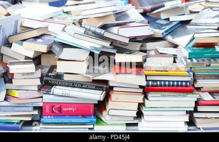 Abgelegte Bücher auf einem Flohmarkt, Deutschland, Europa ich Aufgestapelte / auf einem Flohmarkt, Deutschland, Europa I Stockbild