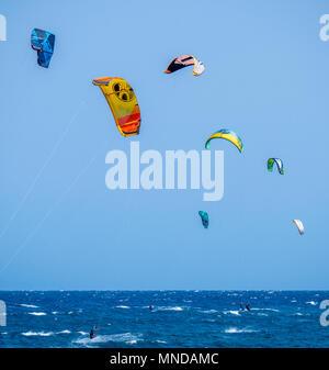 Kitesurfen am beliebten Surfstrand Playa Del Medano an der Küste im Süden von Teneriffa Kanarische Inseln Stockbild