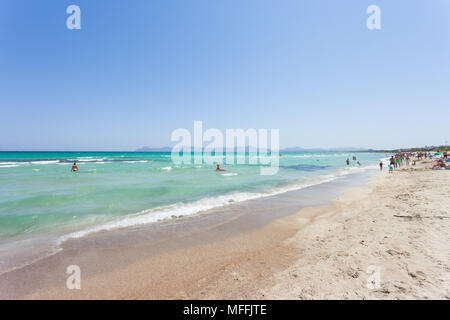 Platja de Muro, Mallorca, Spanien - August 2016 - Touristen ihren Urlaub genießen, am Strand von Ca'n Picafort Stockbild