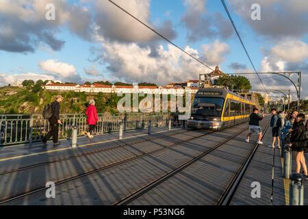 Blick vom Dom Louis ich Brücke über den Fluss Douro, Straßenbahn, Hintergrund Mosteiro da Serra do Pilar, Kloster, Porto, Portugal Porto, Portugal Stockbild