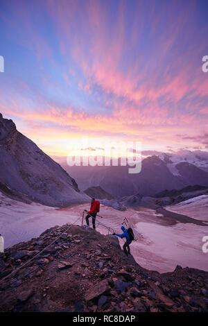 Wanderer Kletterfelsen bei Sonnenuntergang, Mont Cervin, Matterhorn, Wallis, Schweiz Stockbild