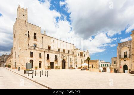 Specchia, Apulien, Italien - Marktplatz vor dem historischen Rathaus. Stockbild