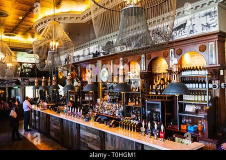 England, London, Southwark, London Bridge, die Horniman bei Hays Pub Stockbild