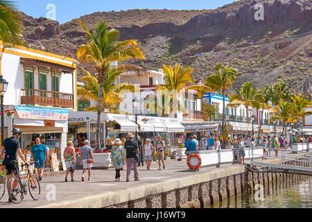 Touristen auf der Promenade von Puerto de Mogan, Gran Canaria, Kanarische Inseln, Spanien Stockbild