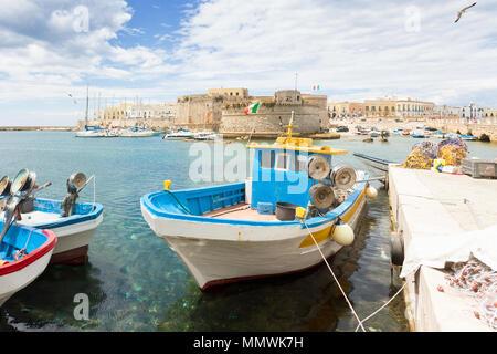 Gallipoli, Apulien, Italien - Fischerboot im Hafen vor der Stadtmauer Stockbild