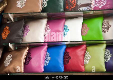 Bestickte Handtaschen im Schaufenster; Marokko Stockbild