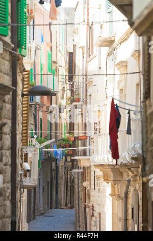 Molfetta, Apulien, Italien - Enge Lebensstil in den alten Gassen von Molfetta Stockbild