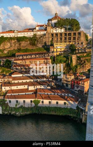 Blick vom Dom Louis ich Brücke über den Fluss Douro Mosteiro da Serra do Pilar, Kloster im Hintergrund, Porto, Portugal Porto, Portugal Stockbild