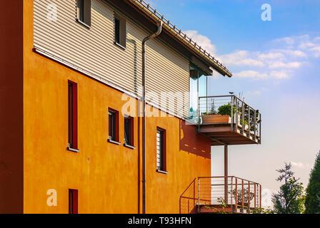 Moderne Architektur auf Bergbahnstrasse im Villenviertel von Weisser Hirsch im Stadtteil Loschwitz, Dresden, Sachsen, Deutschland. Stockbild