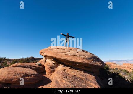 Wanderer auf ROACK, ARCHES NATIONAL PARK, UT, USA Stockbild