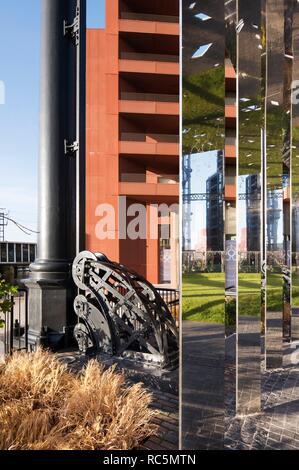 Gasspeicher Park, Kings Cross, Camden, London, 2017. Detail der gespiegelten Rundschreiben Gehweg im Rahmen der Gasspeicher Nummer 8 aus dem Südwesten. Stockbild