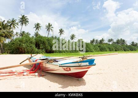 Asien - Sri Lanka - induruwa - Eine idyllische Szene mit einem Angeln beat Stockbild