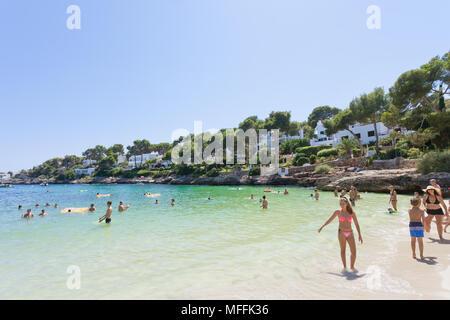 Cala d'Or, Mallorca, Spanien - August 2016 - die Menschen in ihrer Freizeit entspannen am Strand von Cala d'Or Stockbild