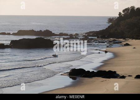 Einen herrlichen Blick auf die Silhouette von Surfer am Strand von Port Macquarie, New South Wales, Australien Stockbild