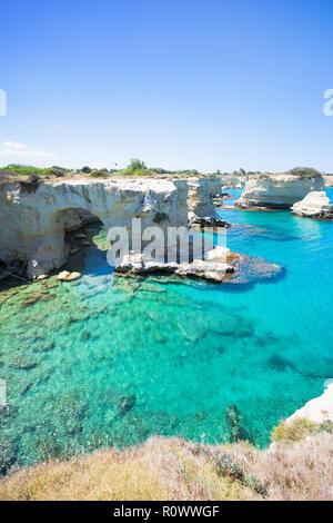 Sant Andrea, Apulien, Italien - Eines der Höhle Bögen um die Klippen von Sant Andrea Stockbild