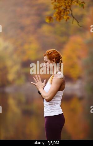 Junge Frau, meditieren Stockbild