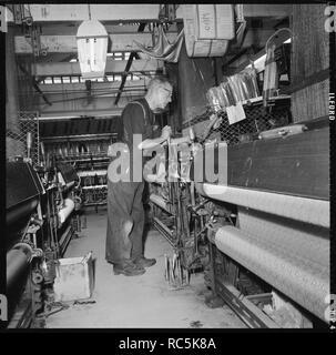 Weber, der Betrieb einer Jacquard power Loom, 1966-1974. Ein Weber Betrieb einer Jacquard power loom. Die Lage dieses Site ist unbekannt, aber es ist vermutlich in Lancashire und Yorkshire, möglicherweise in oder um Verkleidung (North Yorkshire), einer Gegend, die in der Weberei high class Rayon Stoffen spezialisiert. Stockbild