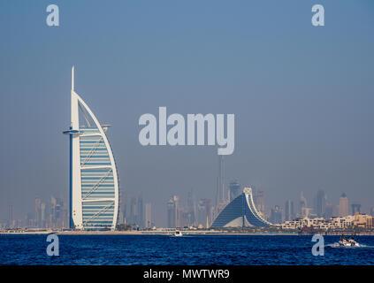 Burj Al Arab und Jumeirah Beach Hotel, Dubai, Vereinigte Arabische Emirate, Naher Osten Stockbild