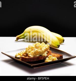 kalorienarme gesunde Wahl Banane und Eier auf toast Stockbild