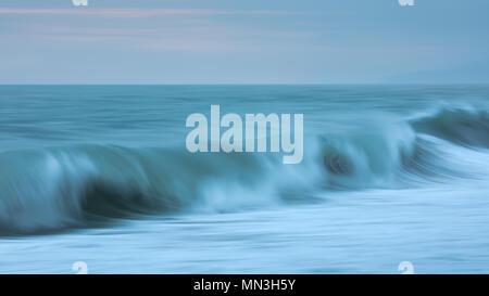 Die Wellen am Strand Playa Dorada und der karibischen Küste im Morgengrauen, Magdalena, Kolumbien brechen Stockbild