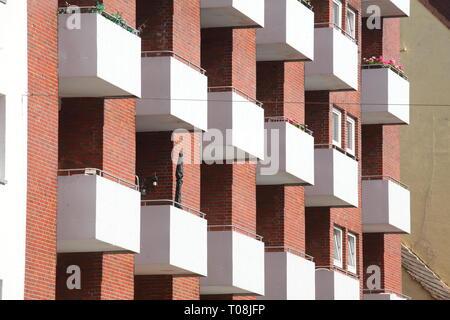 Balkon an einem Wohnhaus, Bremerhaven, Bremen, Deutschland Stockbild