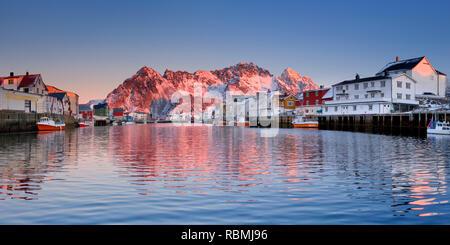 Der Hafen von Henningsvær auf den Lofoten im Norden Norwegens, fotografiert bei Sonnenaufgang. Stockbild