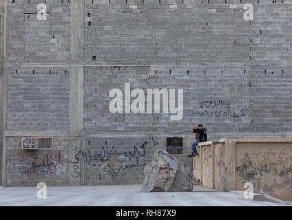 Saudi Teenager vor einer hohen Wand, Mekka Provinz, Taïf, Saudi-Arabien Stockbild