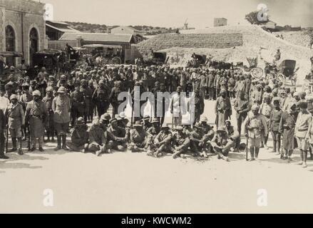 Sitzen australische Kriegsgefangene bei Shellal in der ersten Schlacht von Gaza, 26. März 1917 aufgenommen. Stockbild
