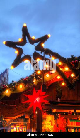 Lit Stern auf einem Weihnachtsmarkt, Weihnachten Dekoration bei Dämmerung, Bremen, Deutschland, Europa ich Beleuchteter Stern in einer Weihnachtsmarktbude, Weih Stockbild