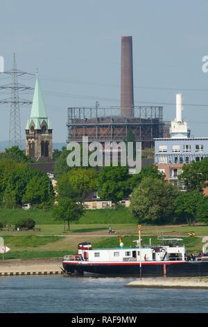 Rhein bei Duisburg-Laar, Binnenschiff, Industriebauten, Duisburg, Nordrhein-Westfalen, Deutschland, Europa, Duisburg, Ruhrgebiet, Nordrhein-Westfalen, Stockbild