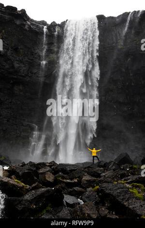 Wanderer an der Fossa Wasserfall, Streymoy Island, Färöer, Dänemark, Europa Stockbild
