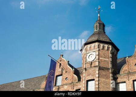 Detail des Rathauses mit der europäischen Flagge in Düsseldorf, Deutschland. Stockbild