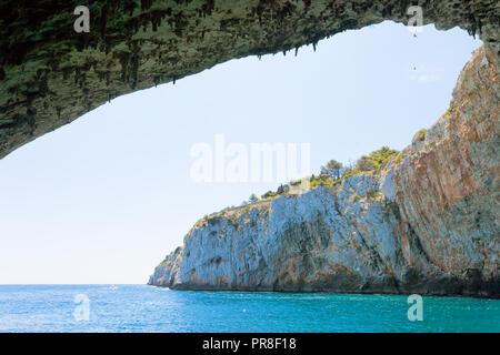 Apulien, Grotta Zinzulusa, Italien fliegende Vögel an der gigantischen Höhle Gewölbe der Grotte Zinzulusa Stockbild
